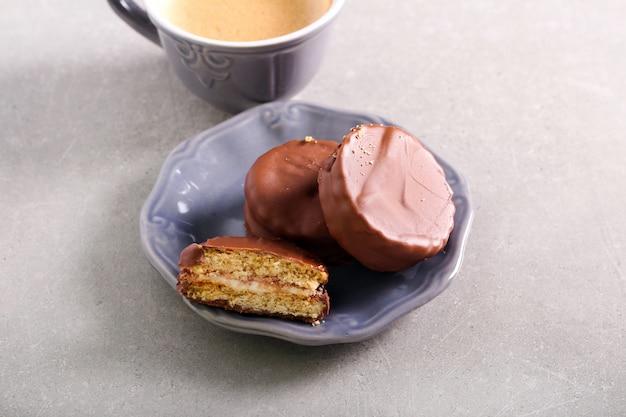 Biscotti sandwich fatti in casa ricoperti di cioccolato