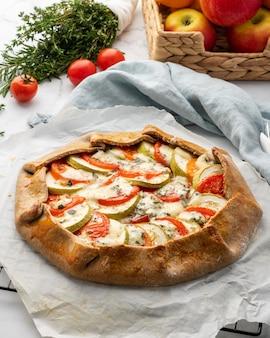 Galette salata fatta in casa con verdure, torta integrale con pomodori, zucchine, gorgonzola