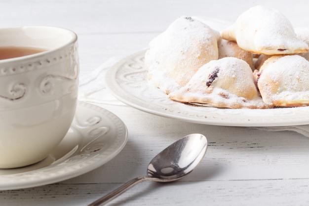 Torte salate fatte in casa con la tazza di tè, concetto di colazione