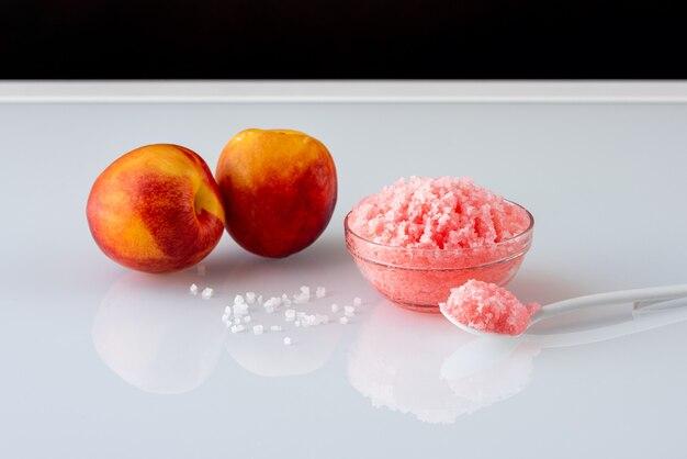 Scrub fatti in casa con olio e sale marino su un tavolo a specchio bianco. concept skin care terapia spa aroma biologica