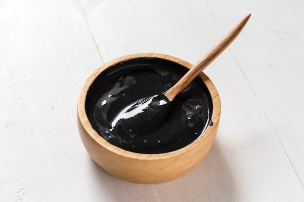 Rimedi casalinghi per la pelle e cura del viso, carbone attivo nero e maschera allo yogurt, prodotto cosmetico