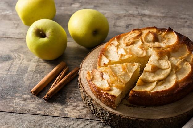 Torta di mele fatta in casa fetta con cannella