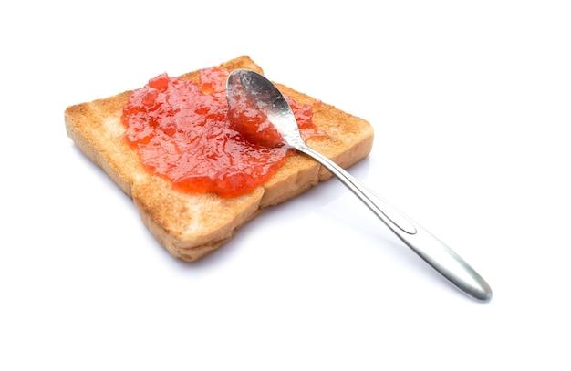 Pane vetrino fatto in casa con marmellata di fragole isolato su sfondo bianco