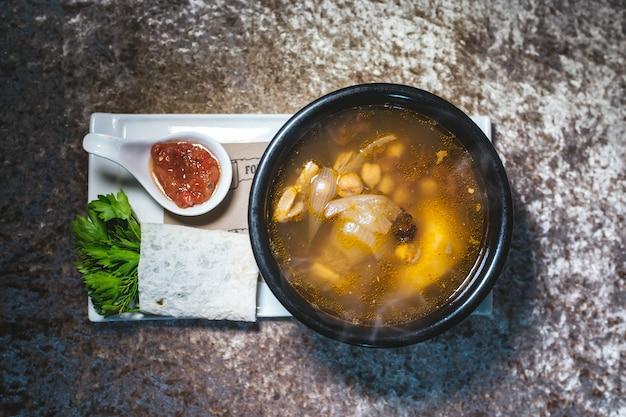 Zuppa fatta in casa con ceci e tritata vista dall'alto.