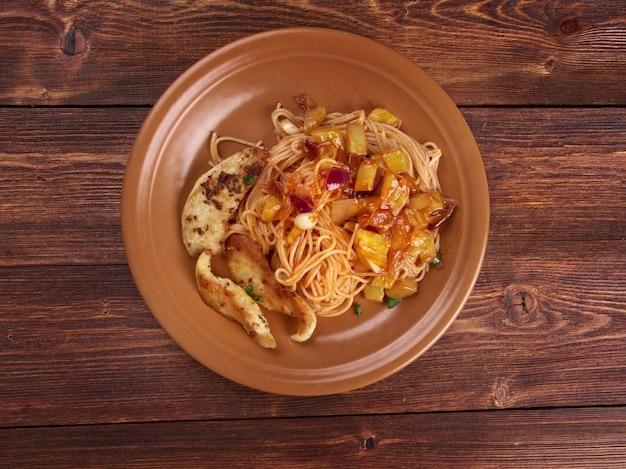 Spaghetti fatti in casa, zucchine filetto di pollo