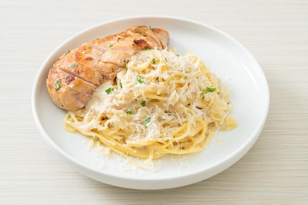 Spaghetti fatti in casa sugo bianco cremoso con pollo alla griglia