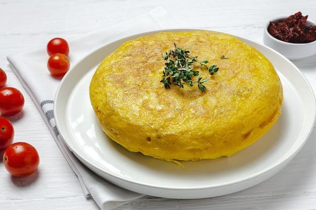 Omelette spagnola fatta in casa con patate e uova. cucina tradizionale spagnola