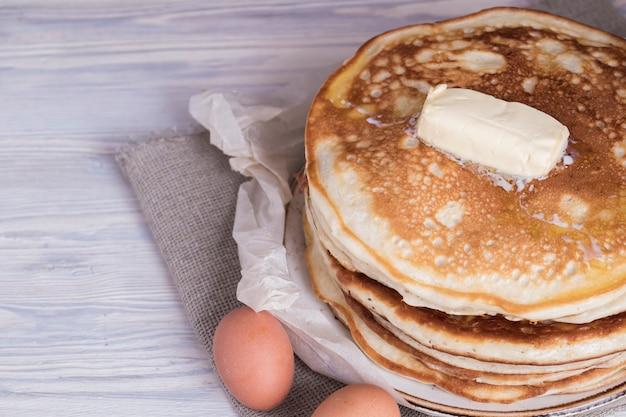 Pila di pancake fatti in casa con burro. copyspace