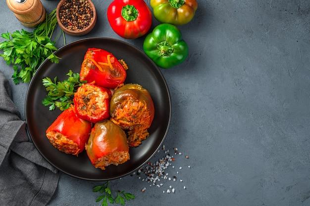 Peperone stufato fatto in casa ripieno di riso di tacchino e verdure salutari