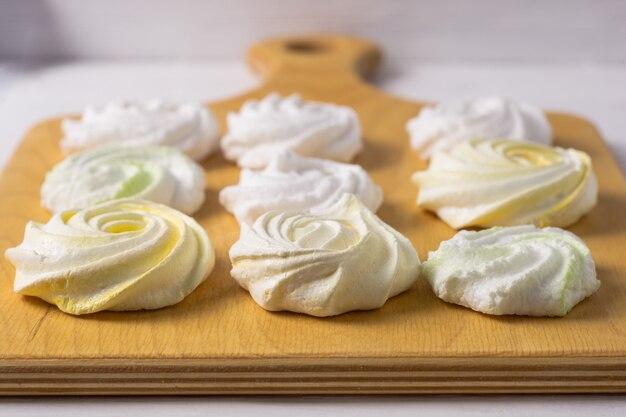 Meringa colorata dolce fatta in casa su fondo bianco. dolce.