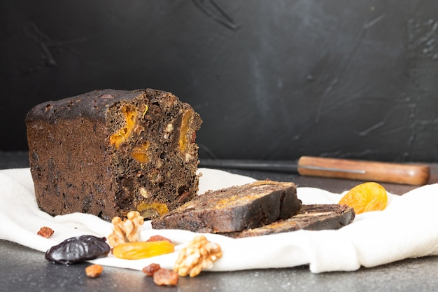 Pane nero dolce fatto in casa, con malto, prugne, noci