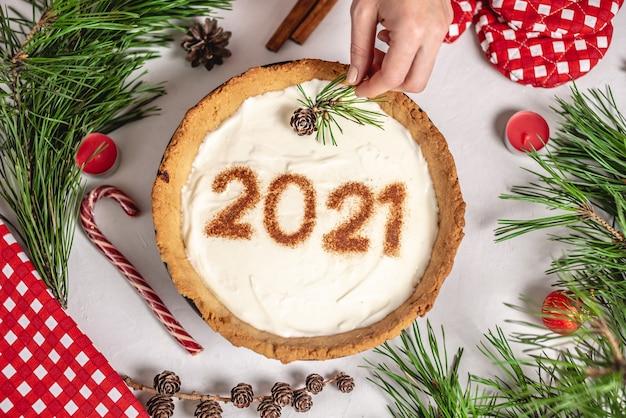 Crostata fatta in casa con il numero 2021 su crema bianca