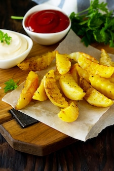 Gustose patatine fritte fatte in casa sul tagliere spazio per il testo