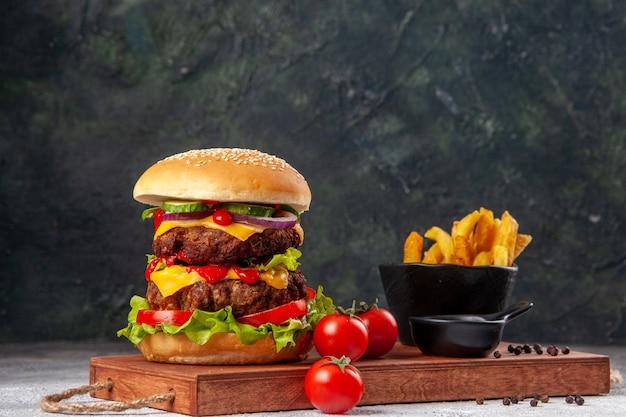 Panino saporito fatto in casa, pomodori, ketchup, pepe, patatine fritte, su, tagliere di legno, su, superficie sfocata,