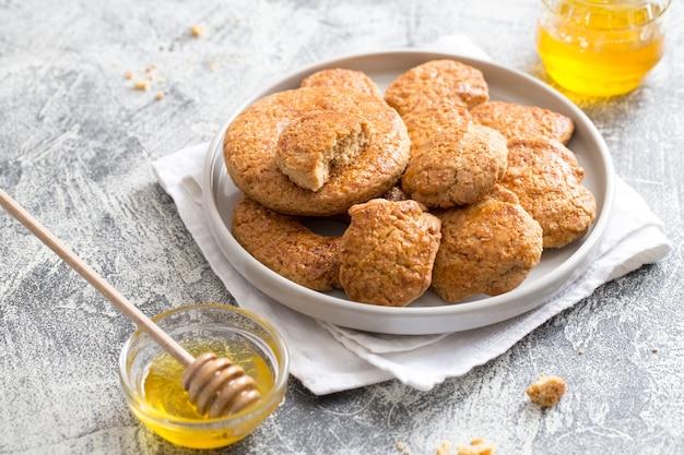 Gustosi biscotti di zucchero fatti in casa con miele. messa a fuoco selettiva, copia spazio