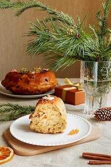 Una torta da tè fatta in casa servita come tradizionale dolcetto natalizio