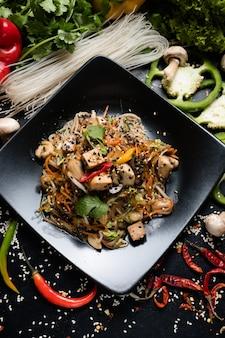 Pasto asiatico tradizionale fatto in casa. insalata di tofu fritto di verdure. ingredienti