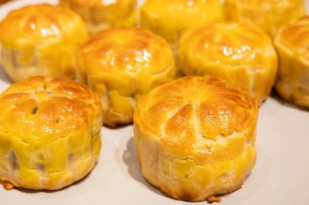 Cibo cinese tradizionale fatto in casa di torta di luna di pasta di tuorlo d'uovo al forno per il festival di metà autunno