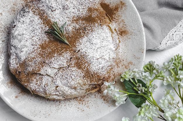 Pastilla marocchina tradizionale fatta in casa o bastiglia di pollo. cibo halal. concetto di cucina araba