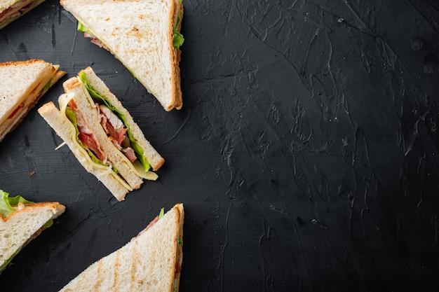In casa tacchino club sandwich, su sfondo nero, vista dall'alto con copia spazio per il testo