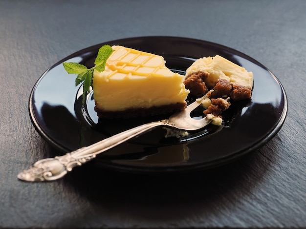 Cheesecake alla vaniglia fatto in casa e foglie di menta per dessert
