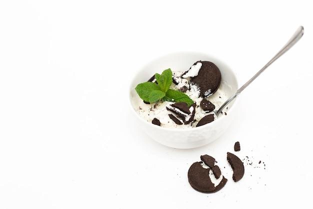 Gelato alla vaniglia fatto in casa su sfondo bianco