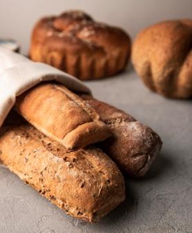 Vari pane cotto fatto in casa