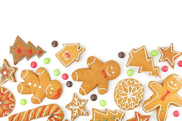 Vari biscotti di pan di zenzero di natale fatti in casa su sfondo bianco