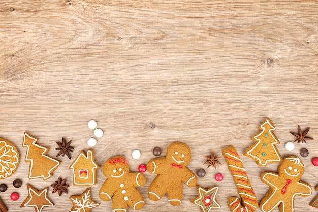 Vari biscotti di pan di zenzero di natale fatti in casa su fondo di legno