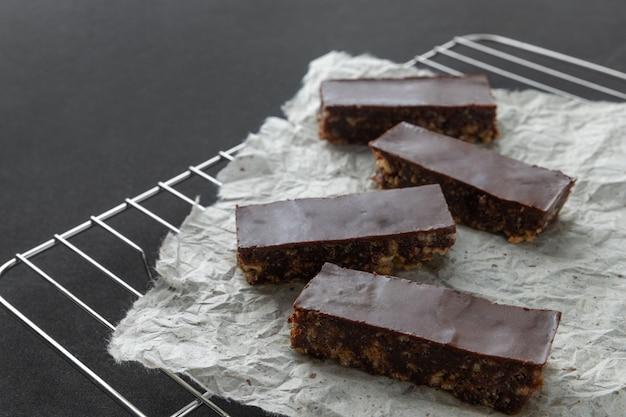 Dessert croccante vegan casalingo di aumento del cioccolato sullo scaffale di raffreddamento