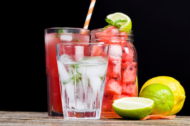 Succo di anguria fatto in casa prodotto nella stagione estiva o autunnale da succo rosso maturo e succoso di angurie rosse senza zuccheri aggiunti un prodotto naturale sano e dietetico