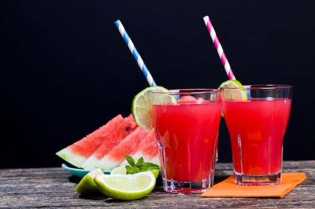 Succo di anguria fatto in casa fatto nella stagione estiva o autunnale da angurie rosse e succose mature, succo rosso senza zuccheri aggiunti, un prodotto naturale sano e dietetico