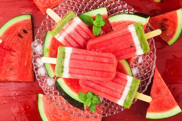 Ghiaccioli fatti in casa dell'anguria su un piatto. concetto di cibo estivo.