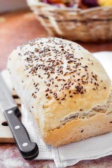 Pane di frumento casalingo con semi di lino su un tavolo da cucina