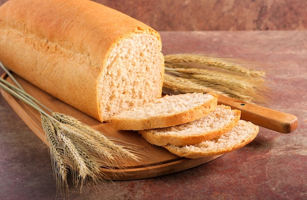 Pagnotta di pane integrale fatta in casa, affettata