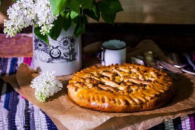 Torta di lievito fatta in casa con marmellata di mele in stile rustico