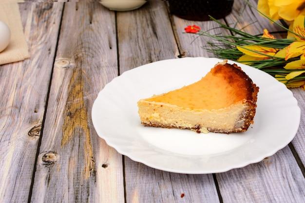 Torta allo yogurt fatta in casa su tavola di legno