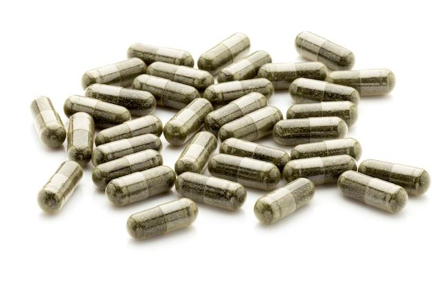 Pillole omeopatiche, medicina alternativa. su uno sfondo bianco.