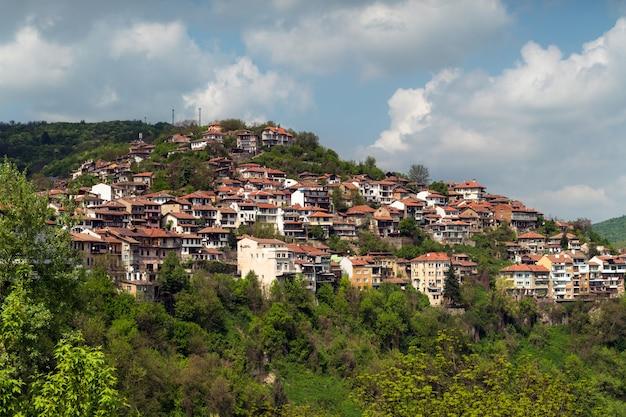 Case sulla scogliera tra il paesaggio montano. case balcaniche