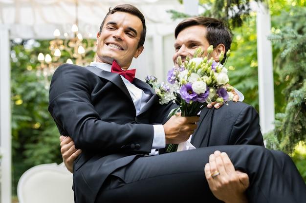 Coppia omosessuale che celebra il proprio matrimonio - coppia lbgt alla cerimonia di nozze, concetti di inclusività, comunità lgbtq ed equità sociale