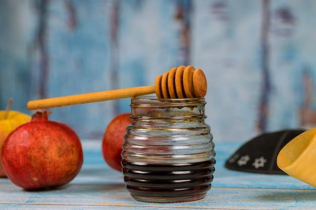 Simboli di festa tradizionale di miele, mela e melograno rosh hashanah jewesh holiday