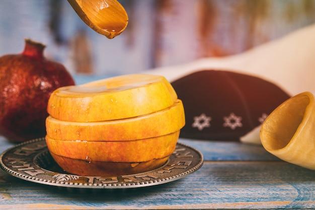 Simboli tradizionali di miele, mela e melograno rosh hashanah jewesh