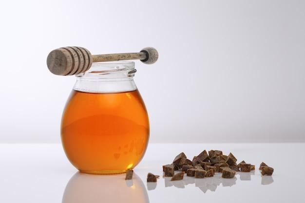 Sfondo di miele. prodotti dell'apicoltura miele, propoli su un tavolo di legno. copia spazio del tuo testo.