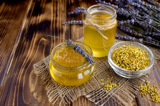 Miele e polline d'api su tela di sacco