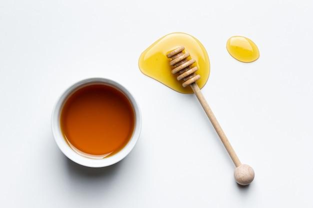 Miele in una ciotola su bianco