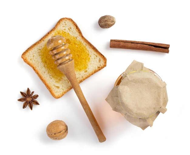 Miele e pane isolati su sfondo bianco