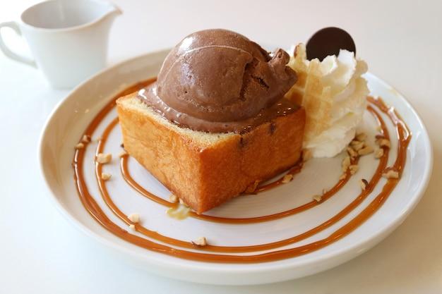 Toast sciroppo d'acero burro al miele condito con gelato al cioccolato