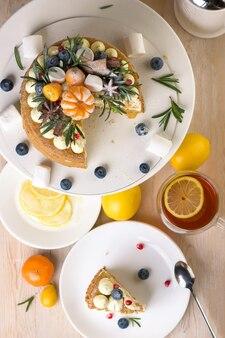 Pezzi di torta di miele su un piatto con tè al limone per dessert.