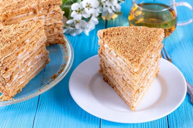 Torta di miele su un piatto su sfondo blu