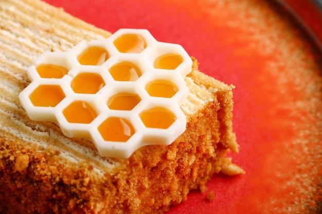 Messa a fuoco selettiva di torta di miele. torta di miele stratificata fatta in casa dolce su una tavola nera.